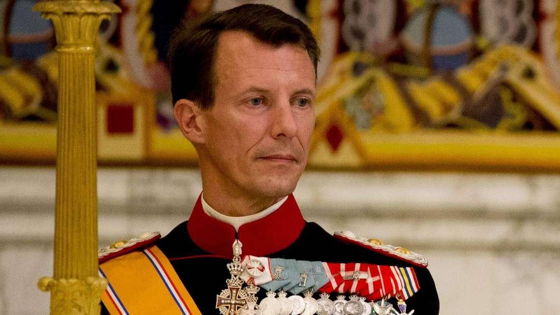 Prinz Joachim von Dänemark trägt eine Uniform und schaut nachdenklich zur Seite.