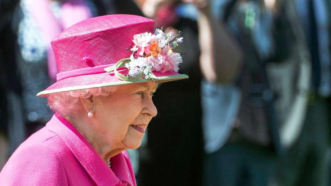 Queen Elizabeth II. ist im Seitenprofil sehen und schaut nachdenklich.