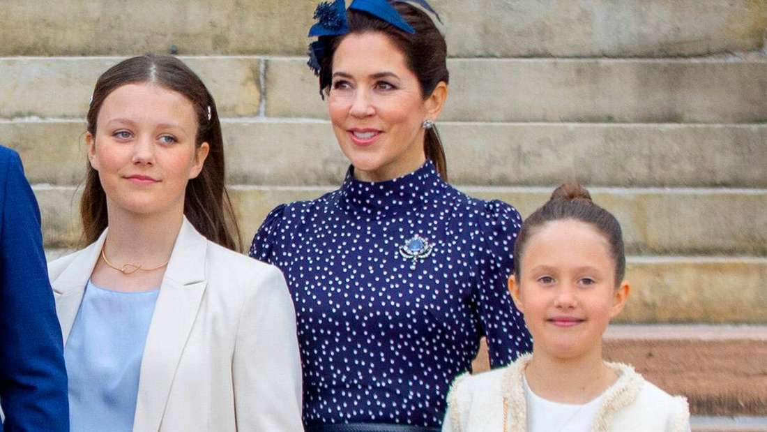 Prinzessin Isabella, Kronprinzessin Mary und Prinzessin Josephine von Dänemark stehen nebeneinander.