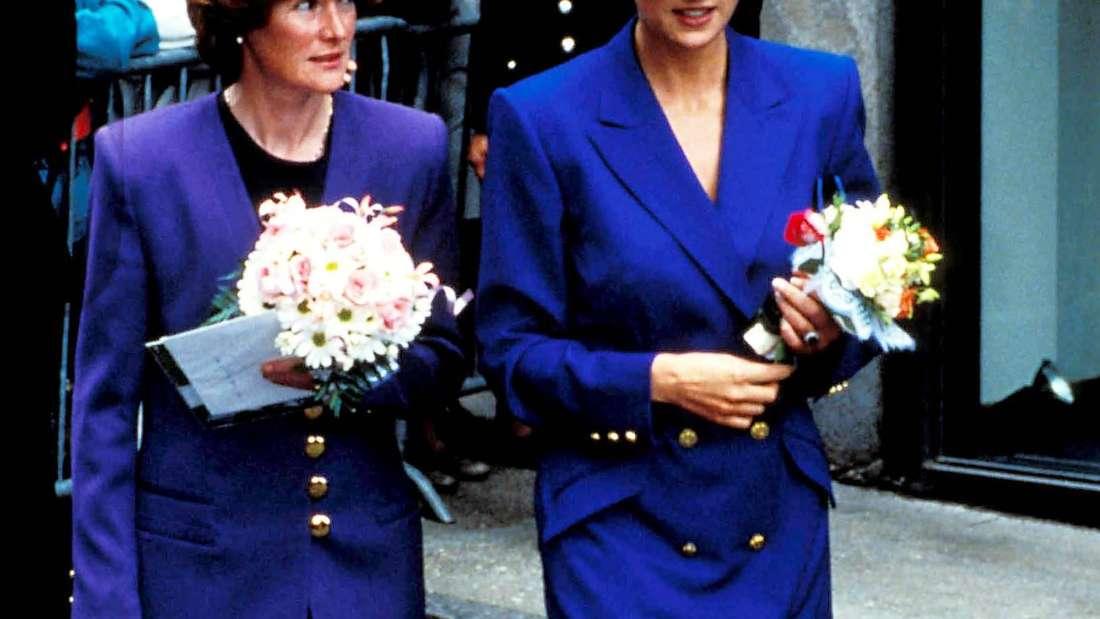 Prinzessin Diana und ihre Schwester Lady Sarah McCorquodale laufen nebeneinander.