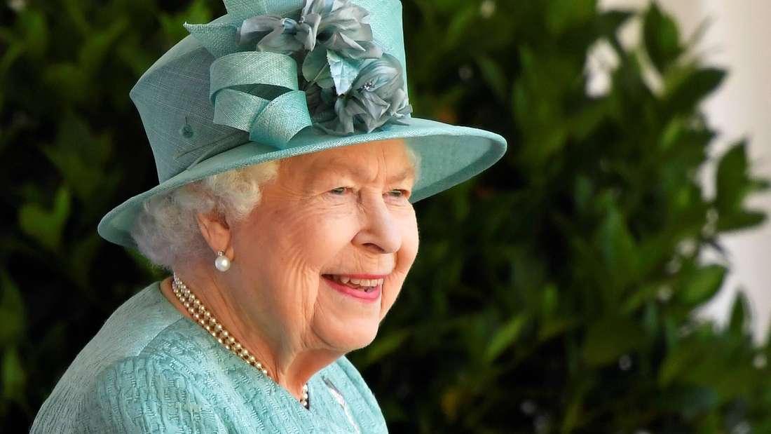Queen Elizabeth II. lächelt und verfolgt die Trooping the Colour-Parade.