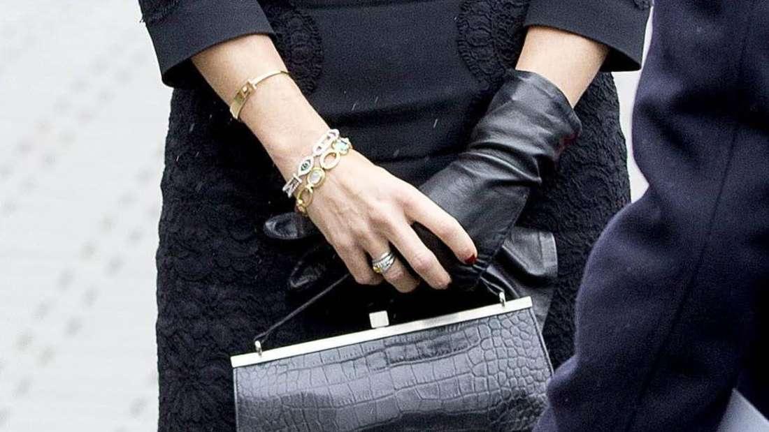 Königin Máxima ist ganz in Schwarz gekleidet.