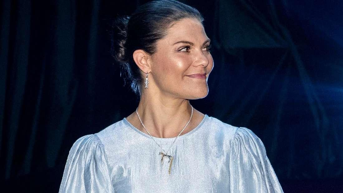 Kronprinzessin Victoria von Schweden lächelt und blickt zur Seite.