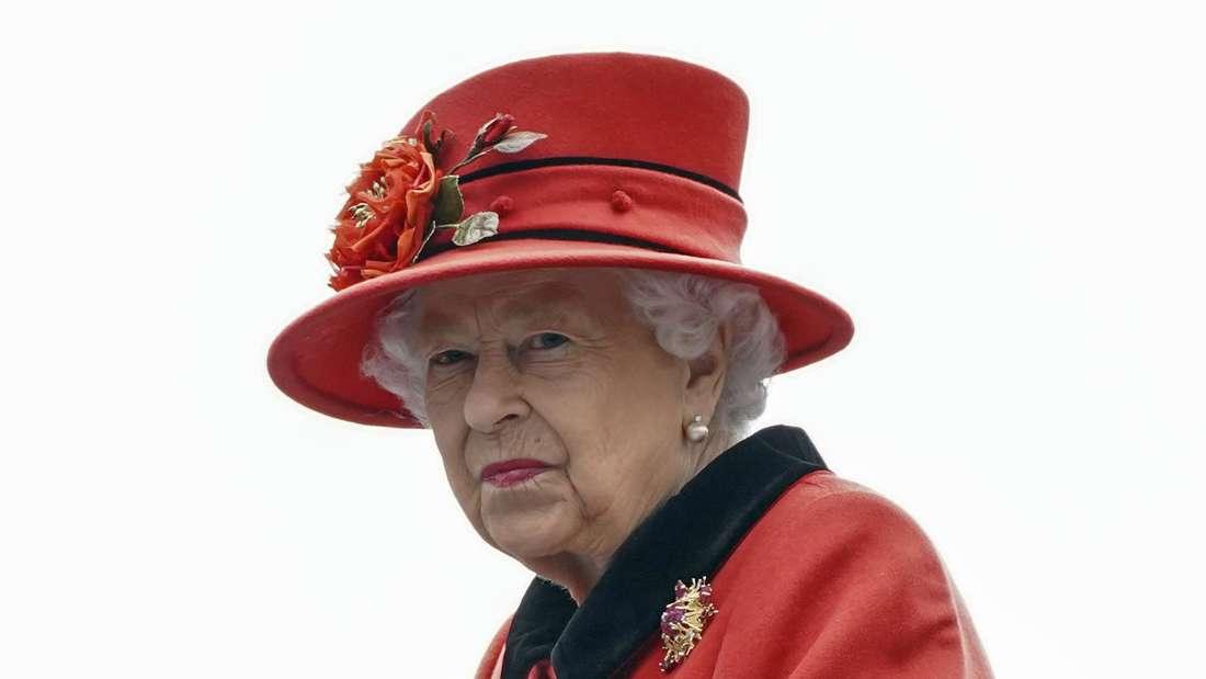 Queen Elizabeth II. blickt ernst zur Seite.