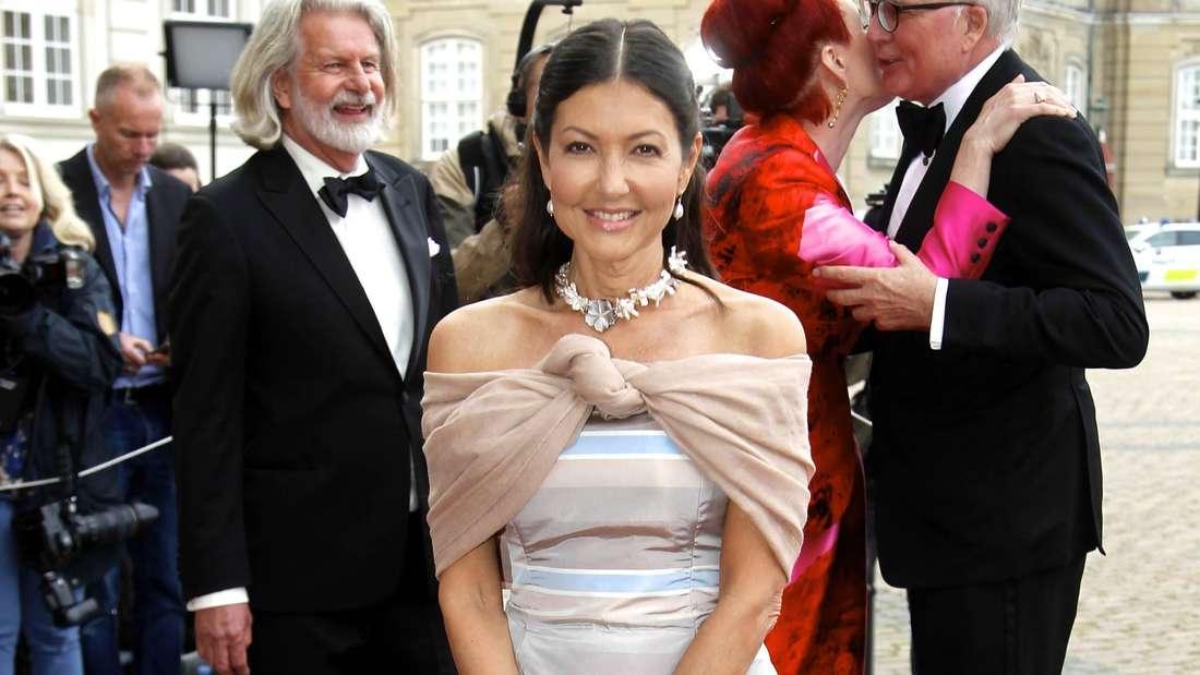 Gräfin Alexandra von Frederiksborg trägt ein Abendkleid und eine Stola und lächelt in die Kamera.
