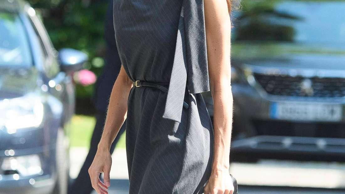 Königin Letizia trägt ein graues Kleid und eine Schutzmaske.