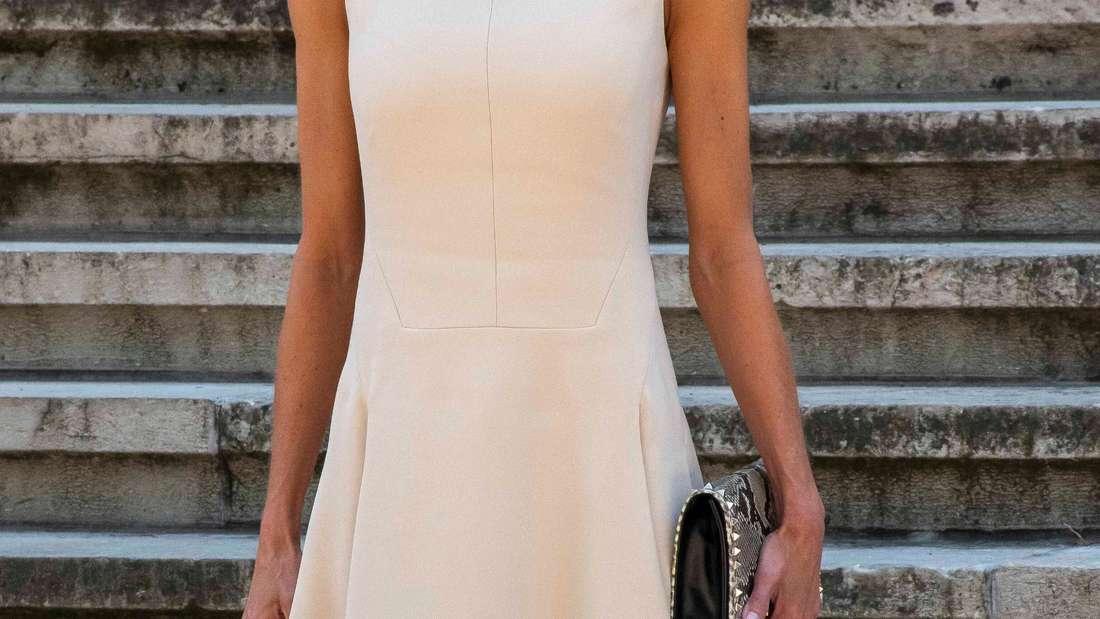 Königin Letizia von Spanien trägt ein cremefarbenes Kleid und eine Schutzmaske.