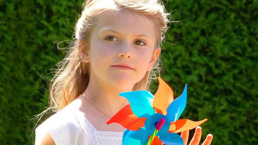 Prinzessin Estelle von Schweden hält ein kleines Windrad am Rande der Feierlichkeiten zum 42. Geburtstag ihrer Mutter auf Schloss Solliden in der Hand