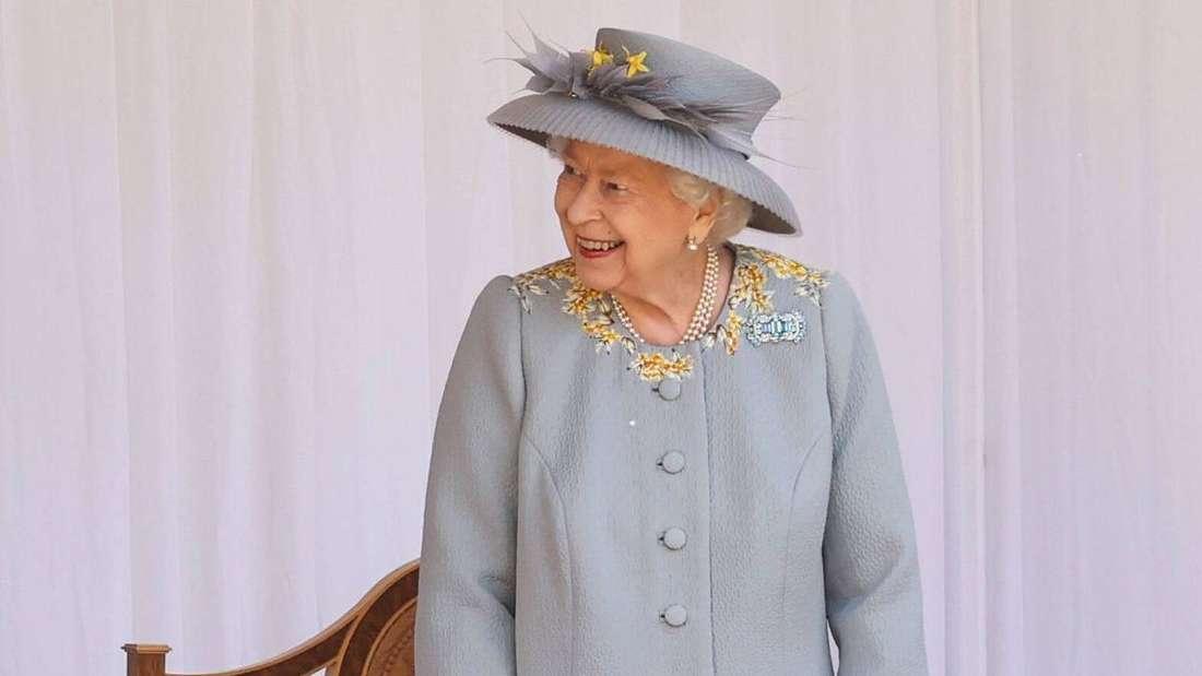 Queen Elizabeth II. schaut lächelnd zur Seite.