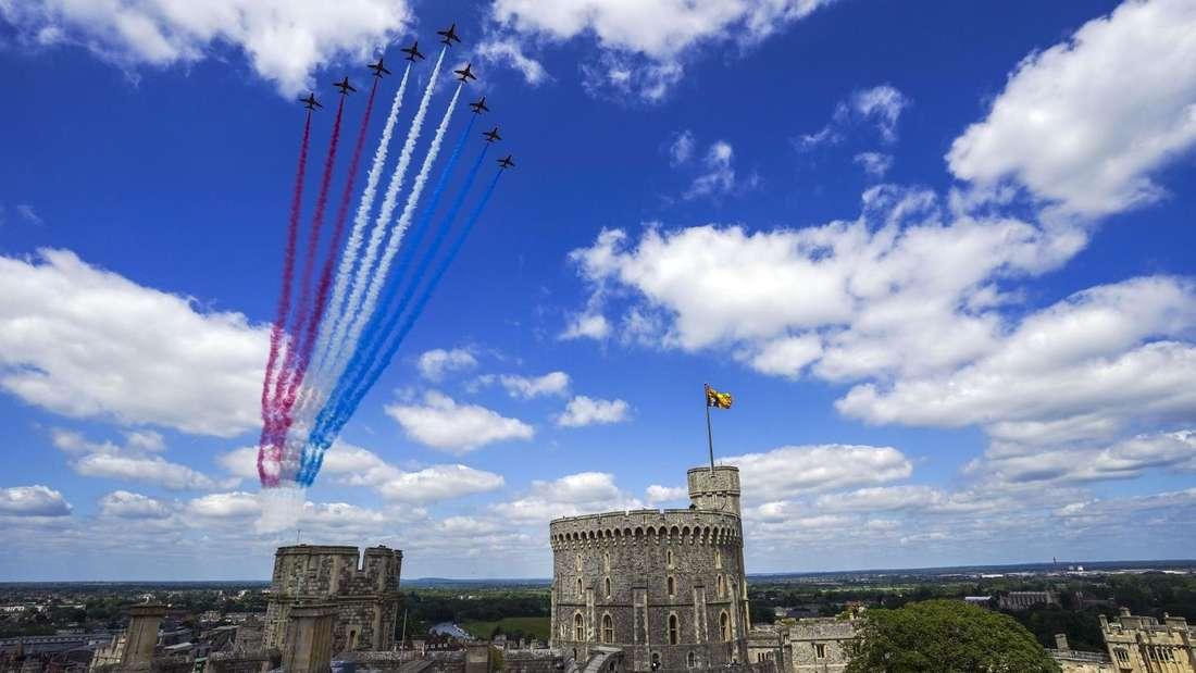 Die Red Arrows fliegen über Schloss Windsor hinweg.