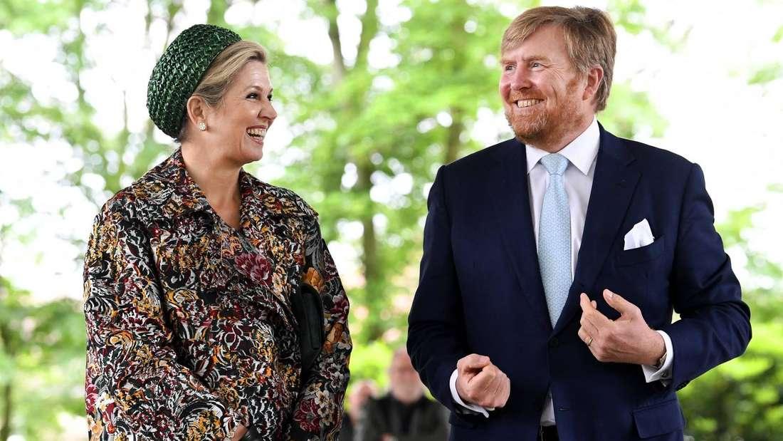 Königin Máxima schaut König Willem-Alexander an, beide lächeln.
