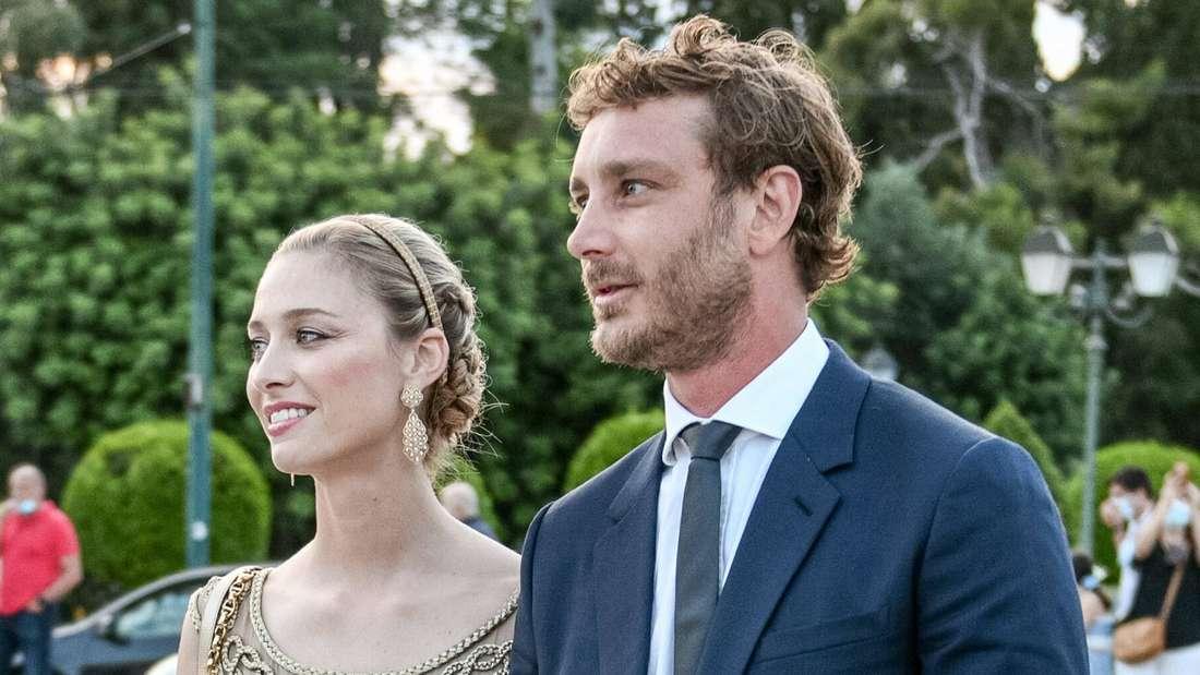 Beatrice Borromeo und Pierre Casiraghi  stehen nebeneinander und lächeln.