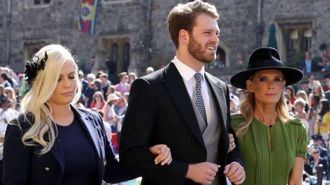 Lady Eliza Spencer läuft festlich gekleidet neben ihrem Bruder Louis und ihrer Mutter Victoria her.