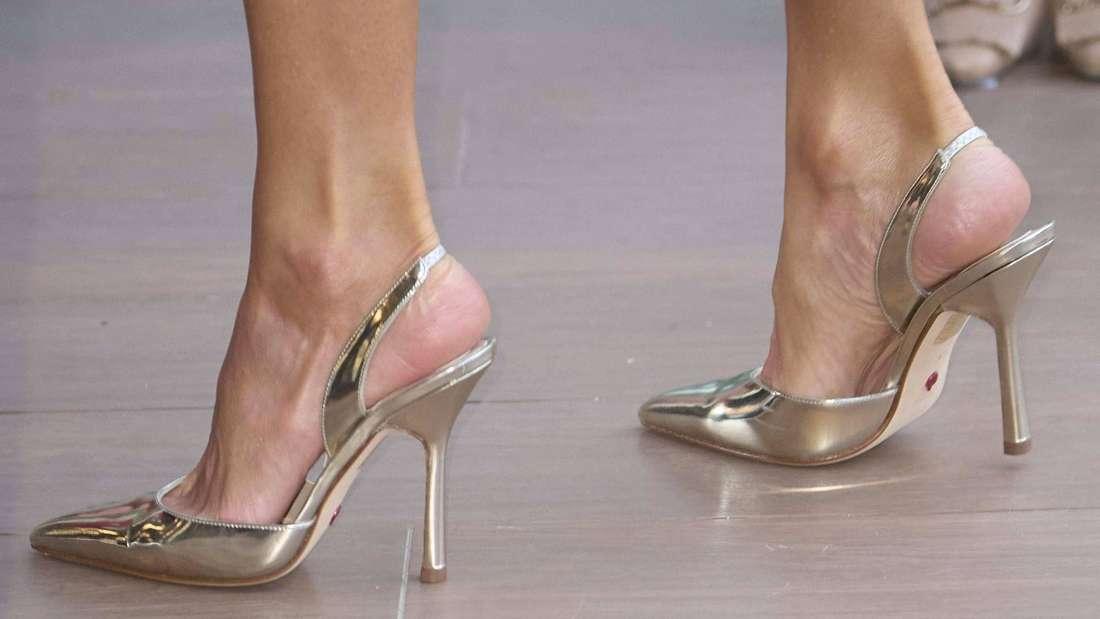 Die silbernen Schuhe von Königin Letizia in Nahaufnahme