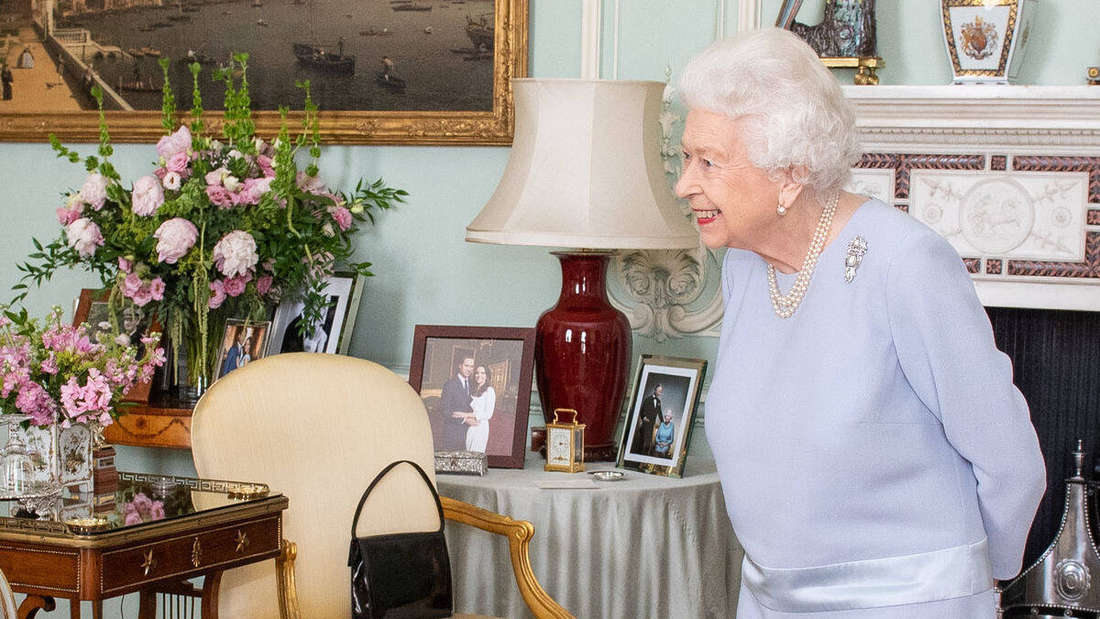 Queen Elizabeth II. begrüßt Premierminister Boris Johnson nach 15 Monaten Pause zur Audienz im Buckinghampalace