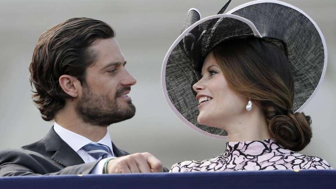 Prinz Carl Philip und Prinzessin Sofia lächeln sich an (Symbolbild).