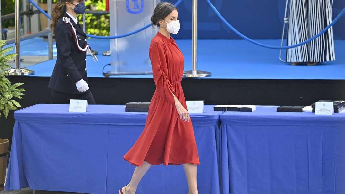 Königin Letizia läuft in einem roten Kleid über einen blauen Teppich.
