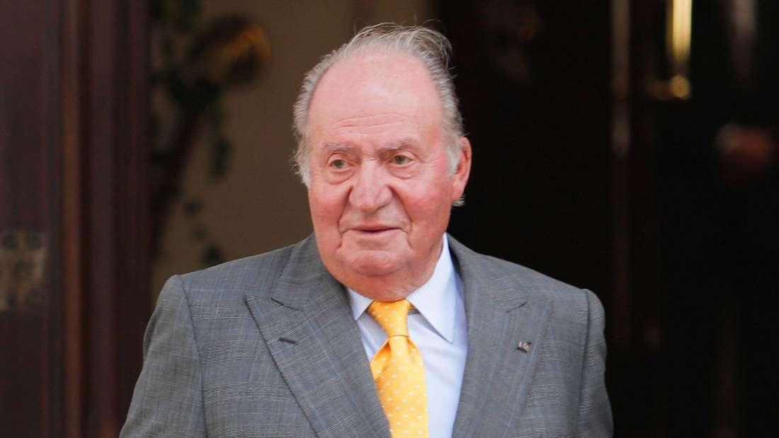 Altkönig Juan Carlos I. von Spanien trägt einen grauen Anzug.
