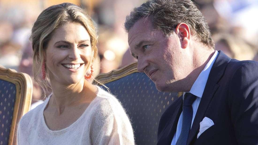 Prinzessin Madeleine sitzt lächelnd neben ihrem Ehemann Chris O'Neill (Symbolbild).