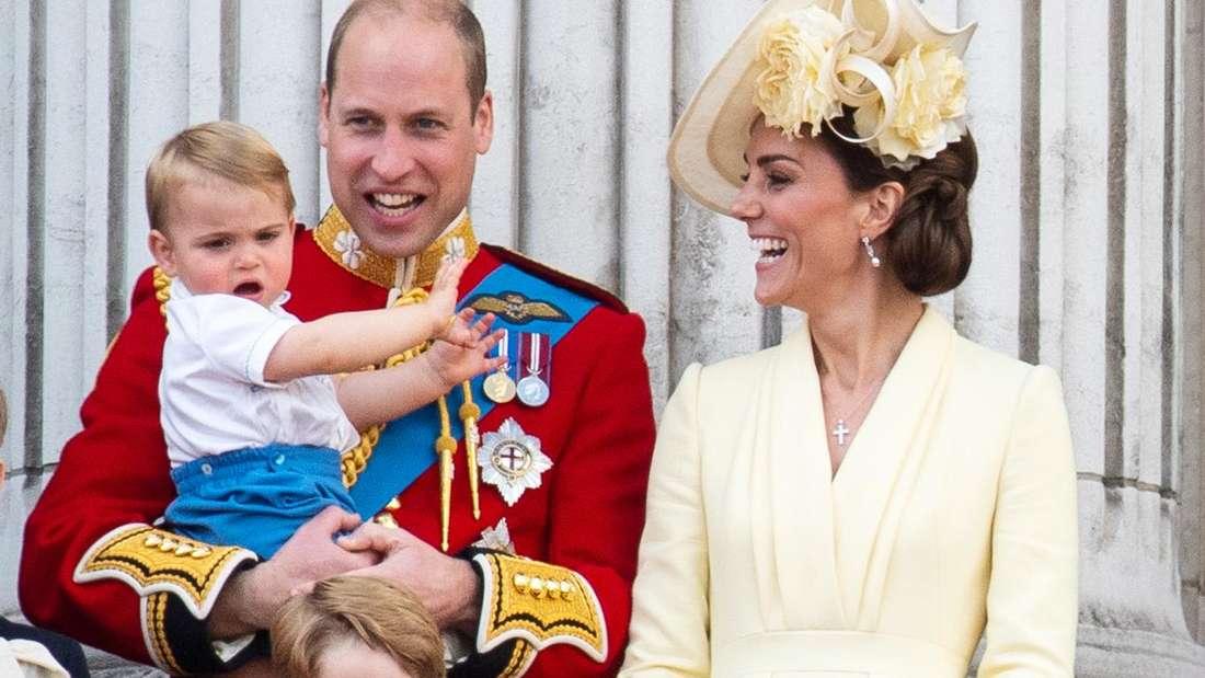 Prinz Williams Familie mit Ehefrau Kate und den drei Kindern stehen zum 93. Geburtstag der Queen bei Trooping the Colour Parade auf dem Balkon des Buckingham-Palastes in London.