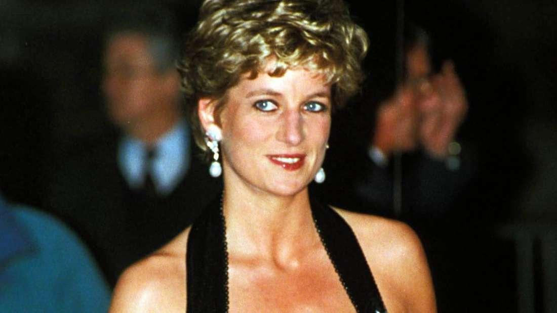 Prinzessin Diana lächelt und trägt ein schulterfreies Abendkleid.