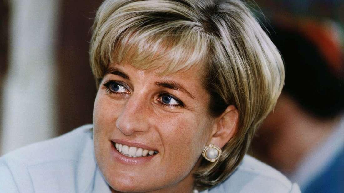 Prinzessin Diana lächelt und schaut zur Seite.