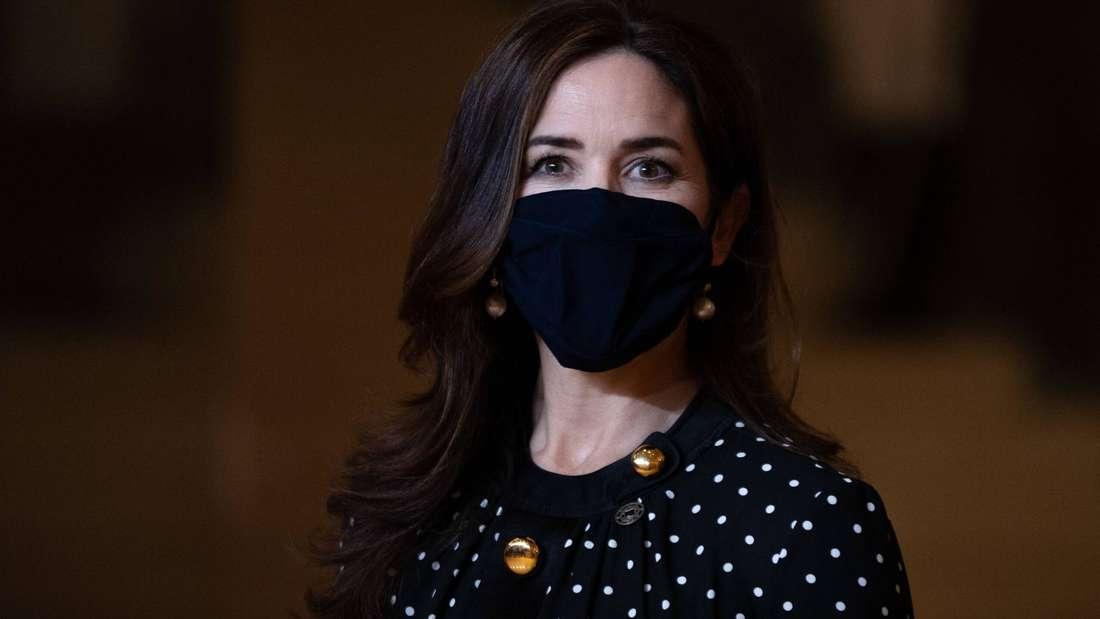 Kronprinzessin Mary von Dänemark trägt eine schwarze Schutzmaske.