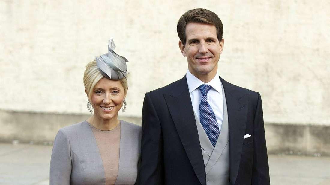 Kronprinzessin Marie-Chantal und Kronprinz Pavlos von Griechenland stehen nebeneinander.
