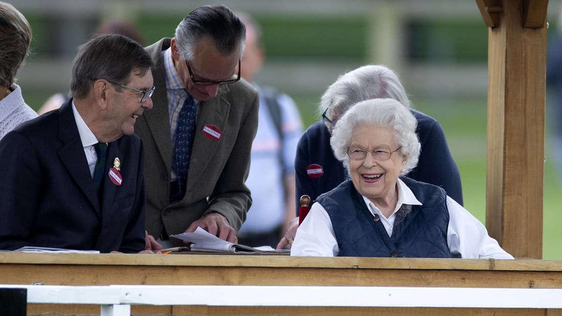 Die Queen lächelt glücklich bei ihrer Lieblingsveranstaltung der Royal Windsor Horse Show an Tag zwei 2021