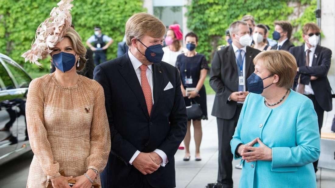 Das niederländische Königspaar steht neben Angela Merkel.