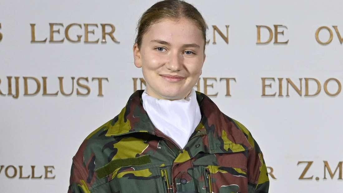 Kronprinzessin Elisabeth von Belgien trägt eine Militäruniform und lächelt.