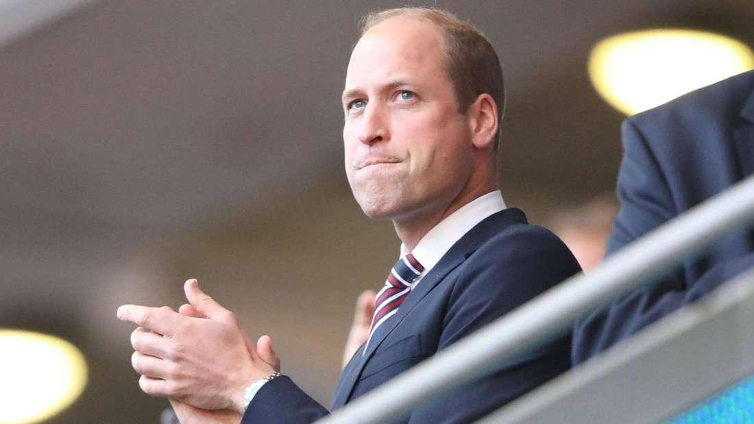 Prinz William kneift die Lippen zusammen und klatscht.