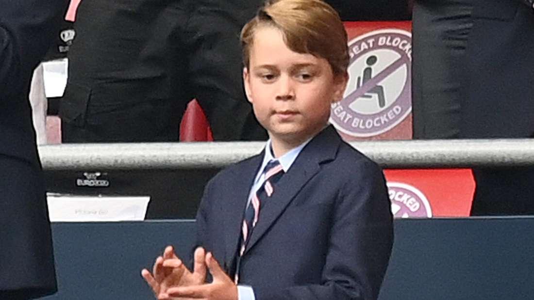 Prinz George klatscht nachdenklich vor sich hin blickend in die Hände.