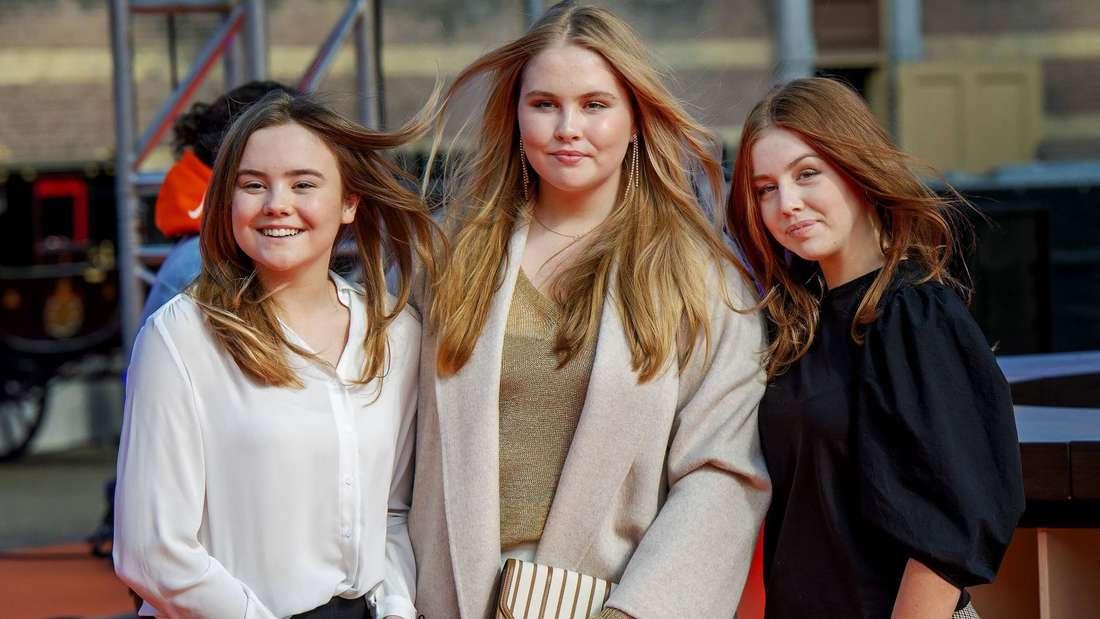 Die niederländischen Prinzessinnen Ariane, Amalia und Alexia stehen nebeneinander.
