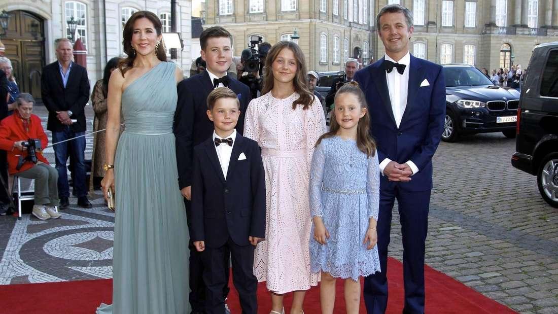 Kronprinzessin Mary und Kronprinz Frederik posieren mit ihren vier Kindern für Fotografen (Symbolbild).