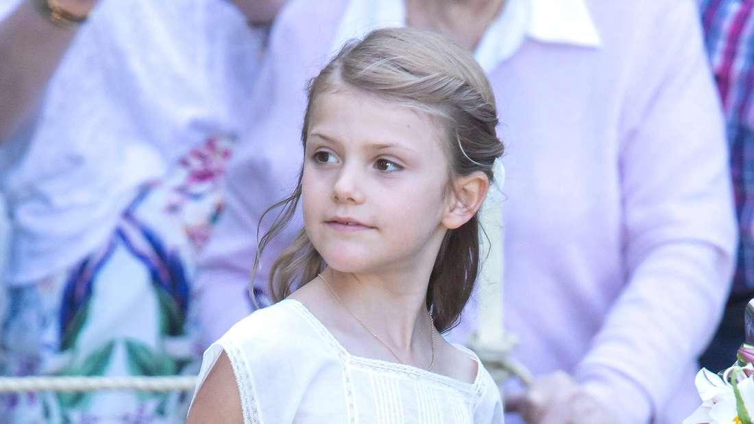 Prinzessin Estelle von Schweden blickt zur Seite (Symbolbild).