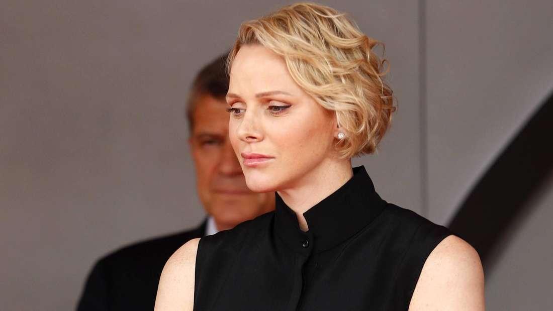 Fürstin Charlène von Monaco blickt ernst zur Seite (Symbolbild).