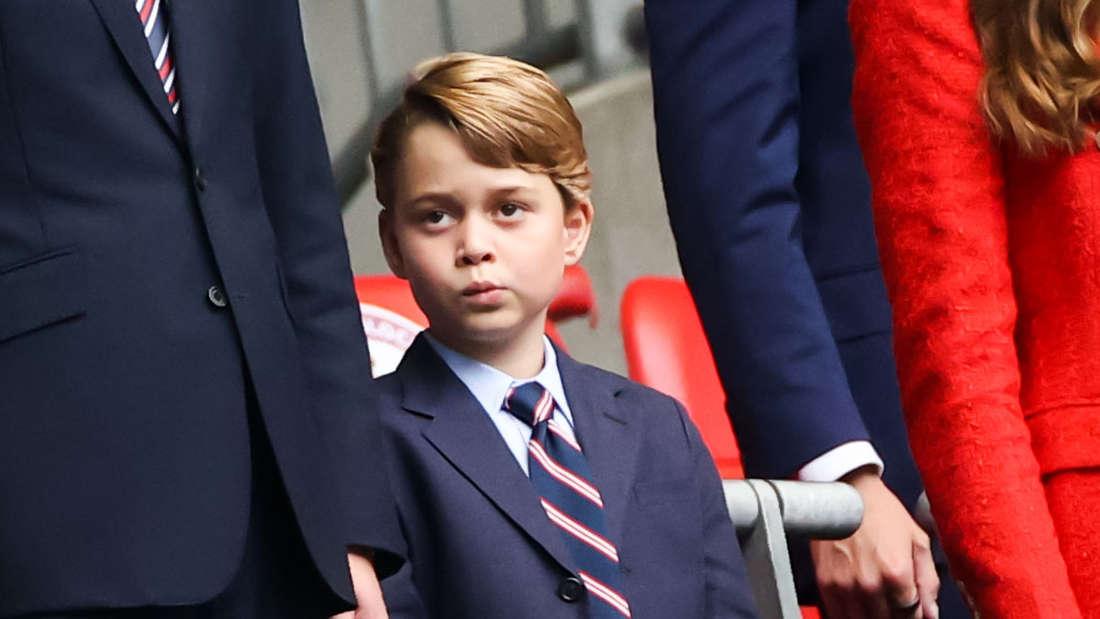 Prinz George steht auf der Tribüne im Wembly Stadion zur EM 2021 im Achtelfinale zwischen seinen Eltern