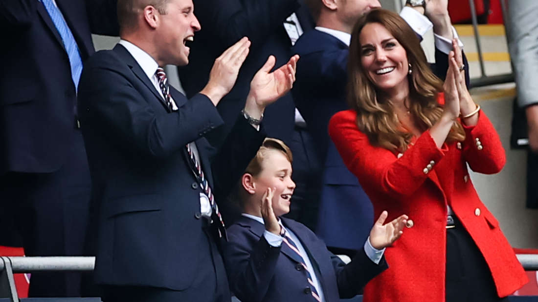 Vor dem 8. Geburtstag von Prinz George nehmen seine stolzen Eltern ihn mit ins Wembley-Stadion.