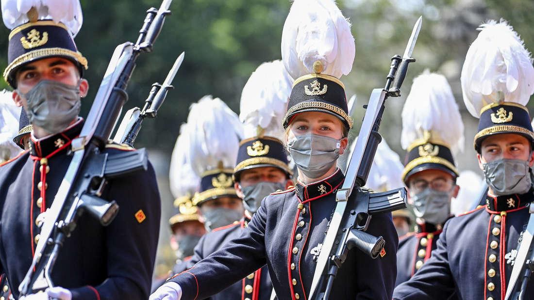 Kronprinzessin Elisabeth von Belgien marschiert in Uniform in der Militärparade am Nationalfeiertag.
