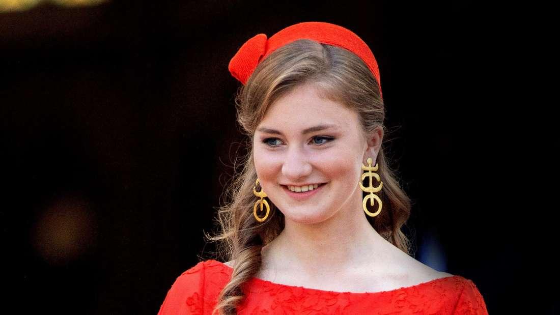 Kronprinzessin Elisabeth von Belgien lächelt und blickt zur Seite.