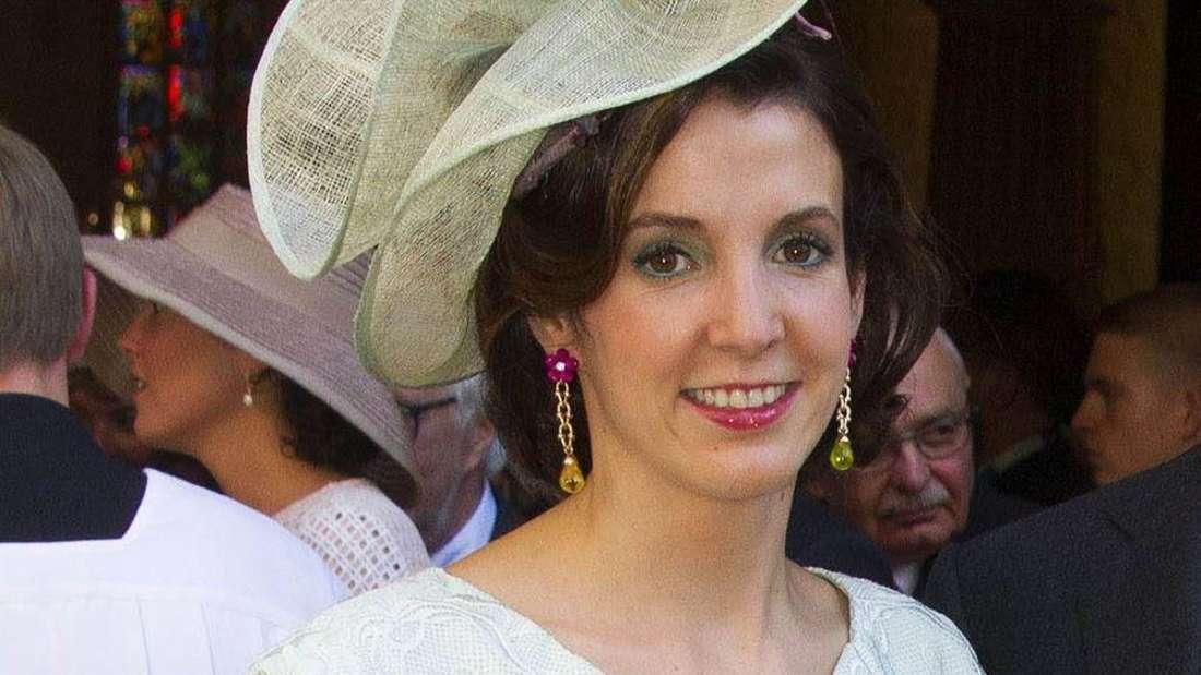 Tessy Antony de Nassau trägt einen Hut und lächelt (Symbolbild).