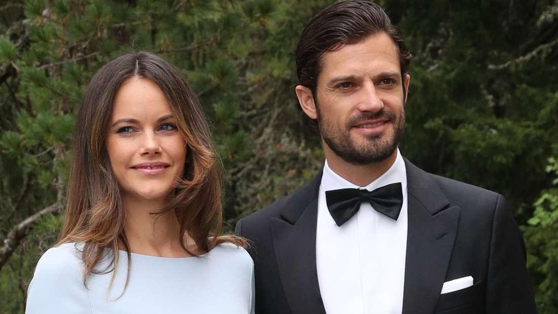 Prinz Carl Philip und Prinzessin Sofia von Schweden stehen bei der Hochzeit von Konstantin von Bayern zusammen nebeneinander (Symbolbild).