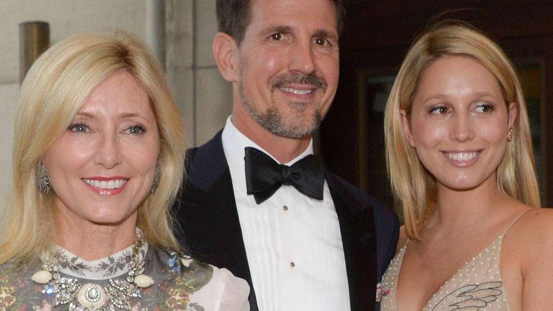 Kronprinz Pavlos von Griechenland mit seiner Frau Marie-Chantal (li.) und Tochter Marie-Olympia (re.) verlassen das Hotel Kasten in Hannover