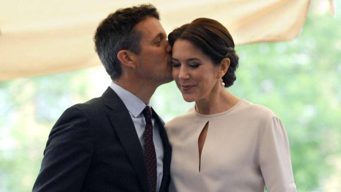 Kronprinz Frederik von Dänemark küsst seine Ehefrau Kronprinzessin Mary auf die Stirn (Symbolbild).