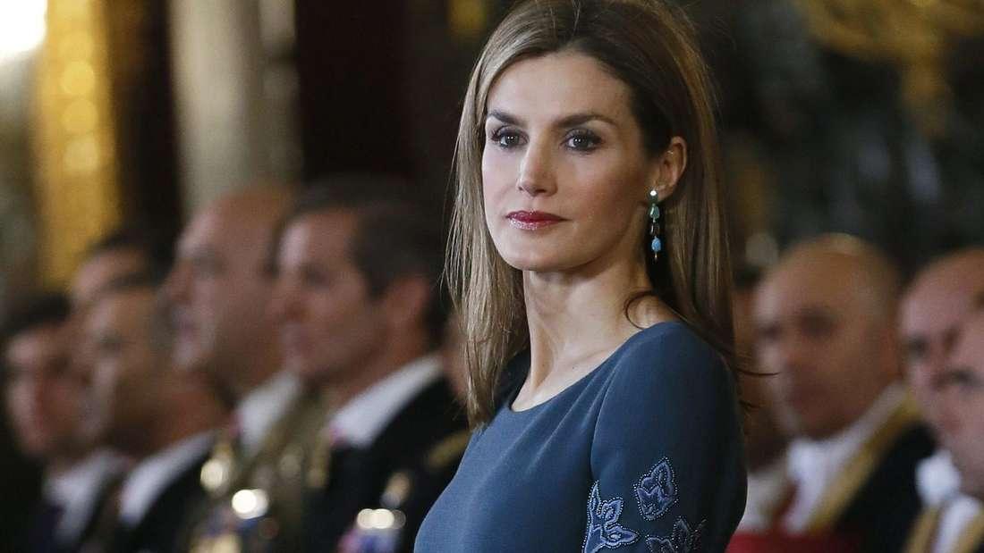 Königin Letizia trägt ein blaues Abendkleid und schaut zur Seite (Symbolbild).