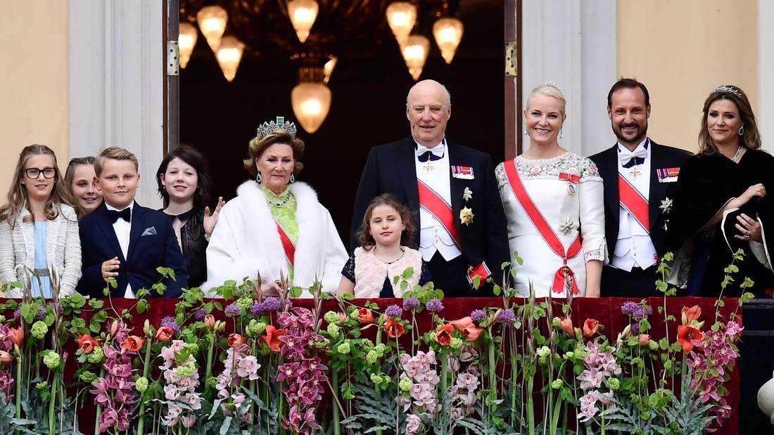 Königin Sonja wird 2017 80 Jahre und präsentiert sich mit allen Enkelkindern am Balkon