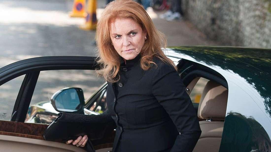 Sarah Ferguson steigt schwarz gekleidet aus einem dunklen Auto aus.