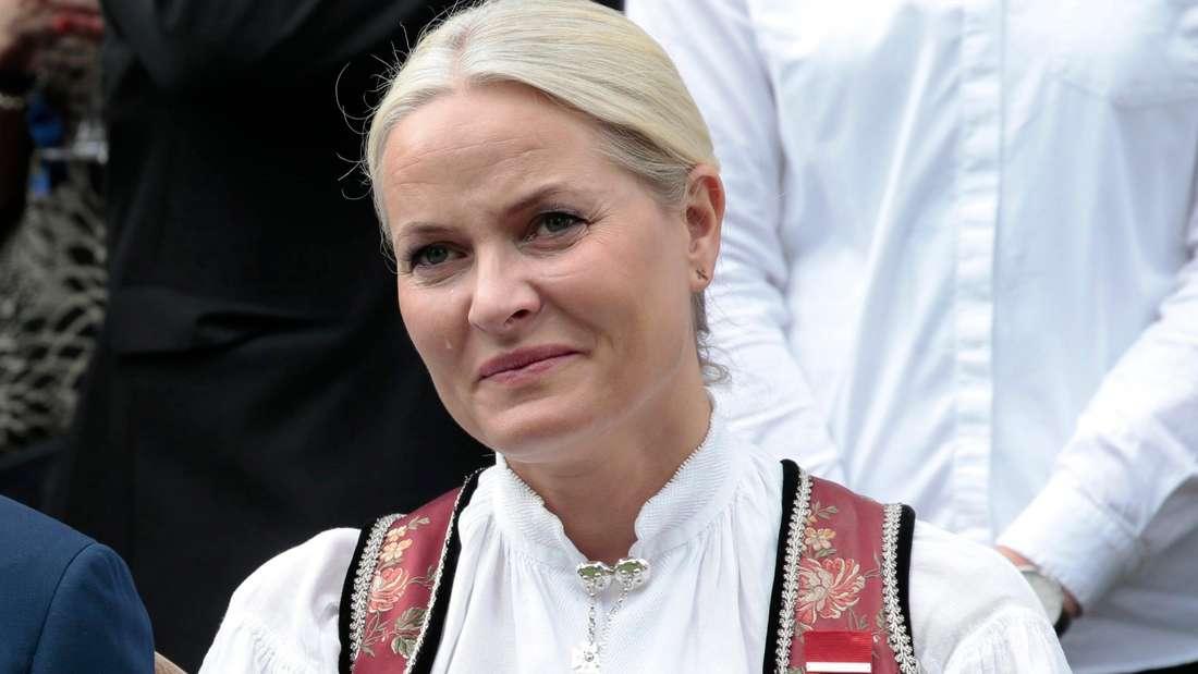 Kronprinzessin Mette-Marit läuft eine Träne über die Wange (Symbolbild).