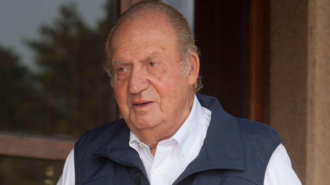 Juan Carlos trägt ein weißes Hemd und eine blaue Weste.